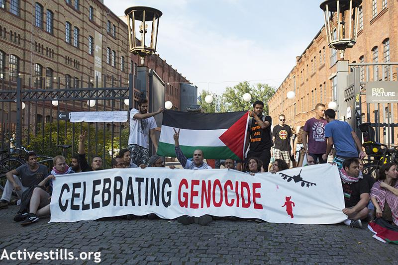 Aktivist*Innen blockieren den Eingang der Veranstaltung, Berlin, 30.8.2015 (Foto: Anne Paq/Activestills.org)